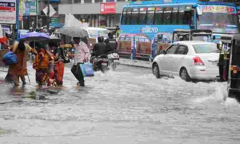 陆军,海军救援卡纳塔克邦的洪水袭击区升级的人