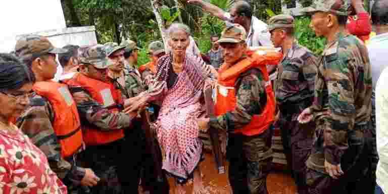 喀拉拉邦洪水:这些心脏变暖的手势正在全国各地的心中